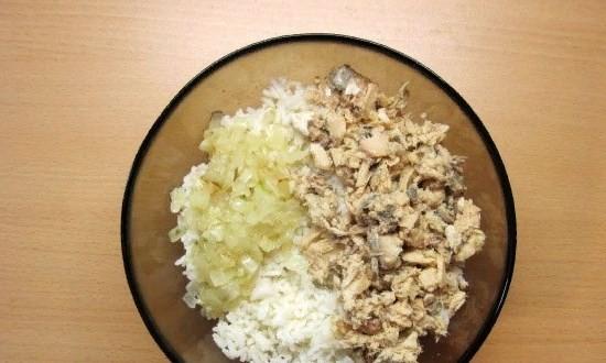 Сайру смешиваем с луком и рисом
