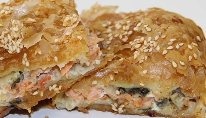 Пирожки из слоеного теста с рисом, рыбой и креветками