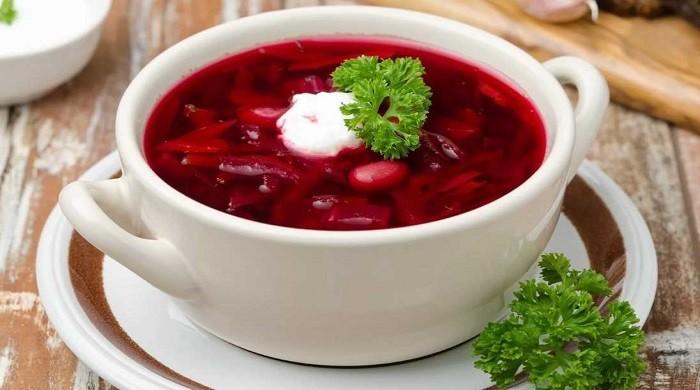 Украинский борщ со свининой и свежей капустой, приготовленный по классическим рецептам