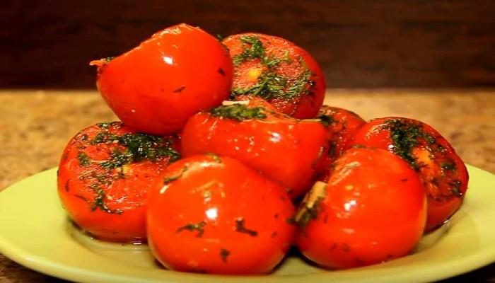 Малосольные помидоры с чесноком и укропом в пакете