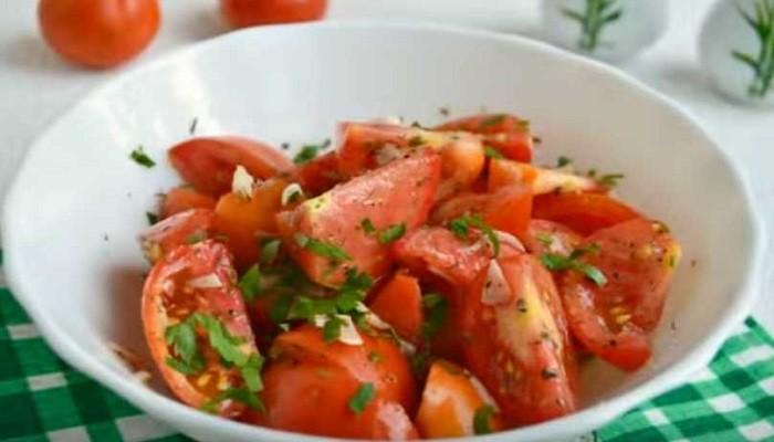 Быстрые малосольные помидоры с чесноком и зеленью за 2 часа