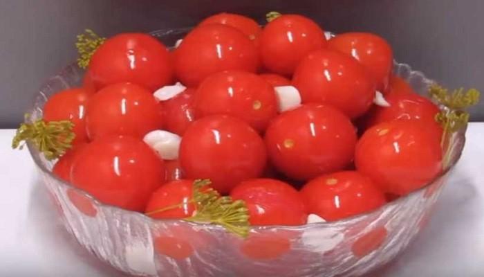Малосольные помидоры с чесноком и укропом