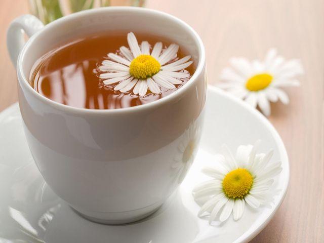 чай из ромашки в кружке