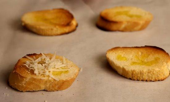 Багет присыпаем сыром и запекаем