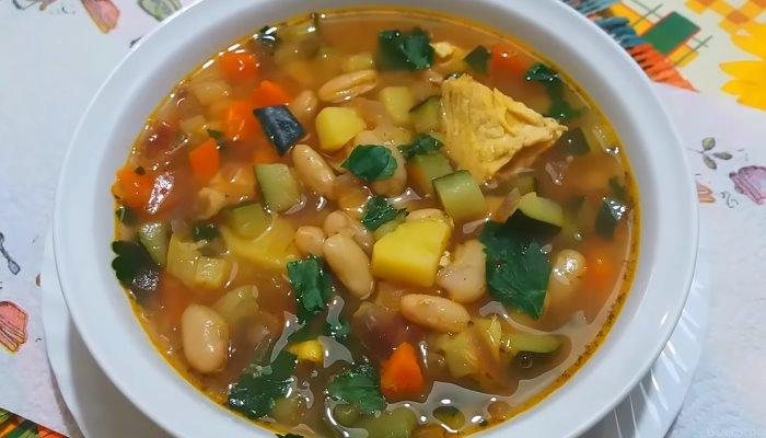 Куриный суп с консервированной фасолью