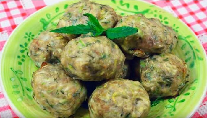 Диетические оладьи из кабачков с мясом в духовке