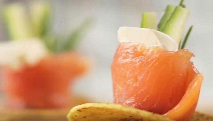 Оригинальная закуска на чипсах из красной рыбы и творожного сыра