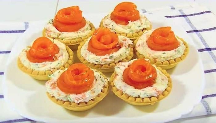 Тарталетки с сливочным сыром, помидорами и красной рыбой