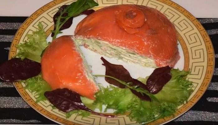 Оригинальная праздничная закуска из красной рыбы с сыром и авокадо
