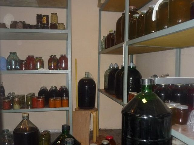 вино в кладовке в банках
