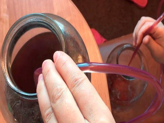 сливаем вино через трубку