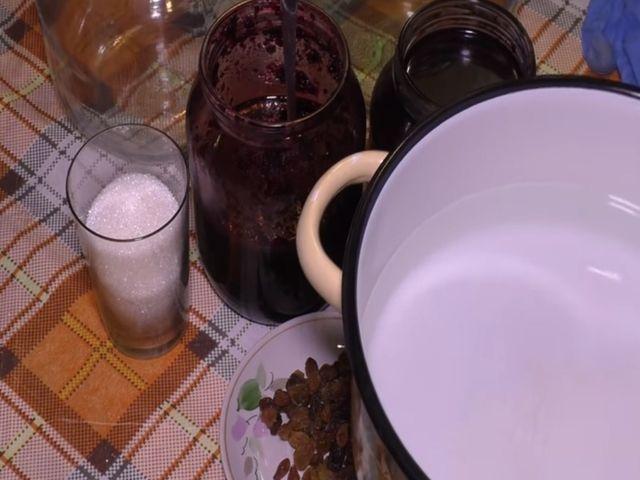 забродившее варенье и сахар