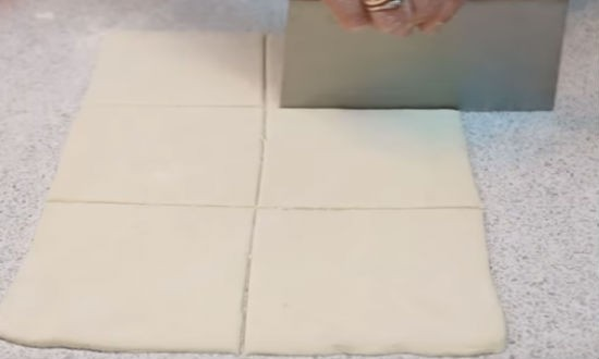 разрезаем слоёное тесто