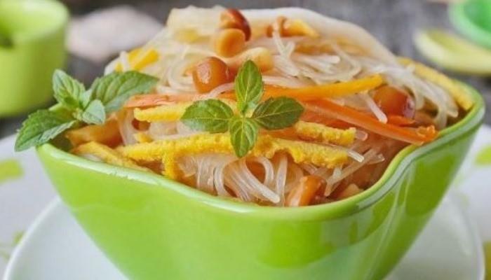 Салат с кальмарами и фунчозой