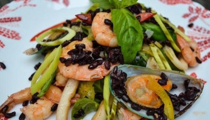 Салат с мидиями, креветками, кальмаром и чёрным рисом