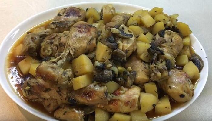 Картофель с курицей и грибами в рукаве в духовке