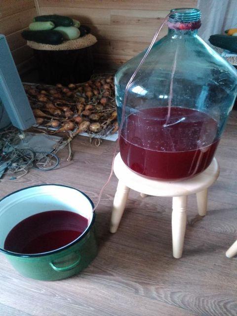 слив вина из бутыли