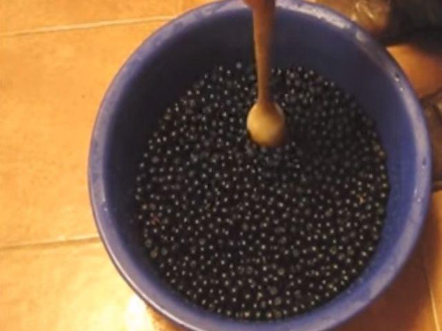 давим ягоду толкушкой