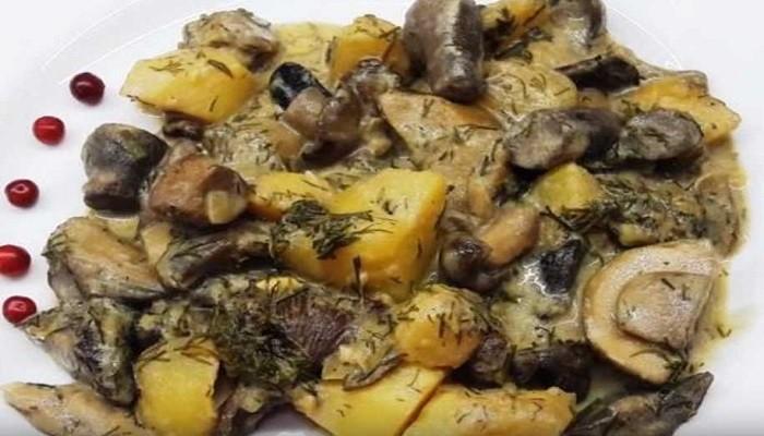 Жареная картошка с лесными грибамина сковороде