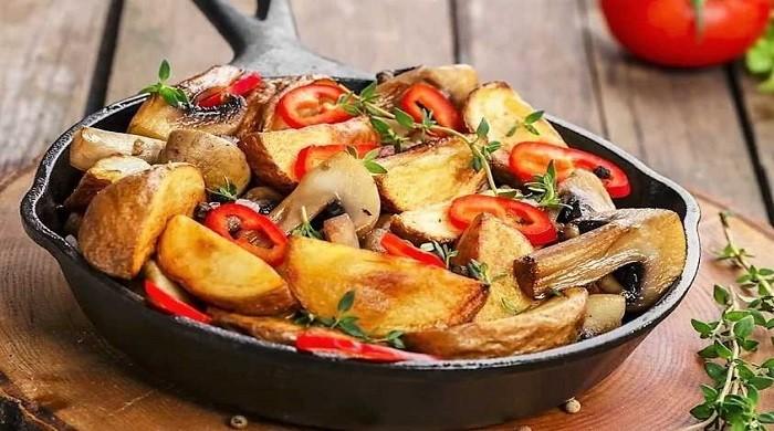 Картошка жареная на сковороде, рецепты с грибами и луком