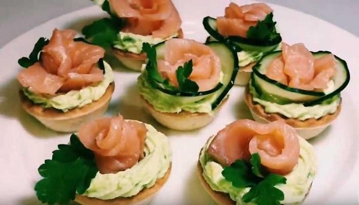 Закуска в тарталетках с красной рыбой и авокадо