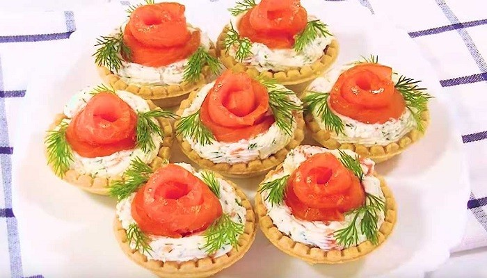 Закуска в тарталетках с красной рыбой, сливочным сыром и помидорами