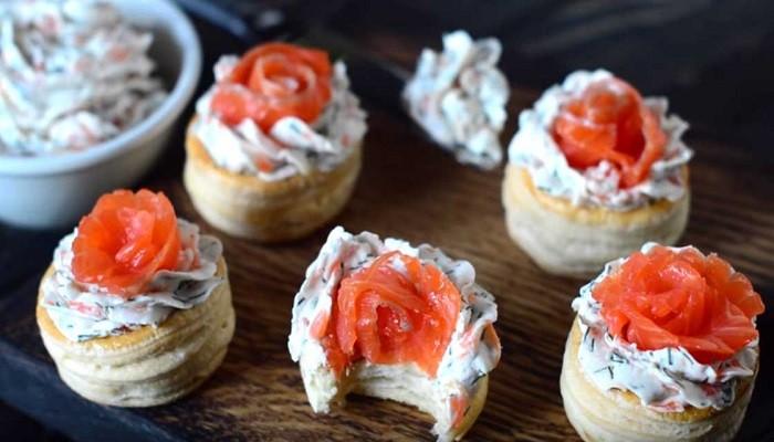 Закуска в тарталетках с красной рыбой и творожным сыром