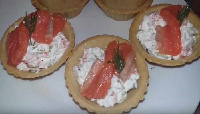 Закуска в тарталетках с красной рыбой и огурцом