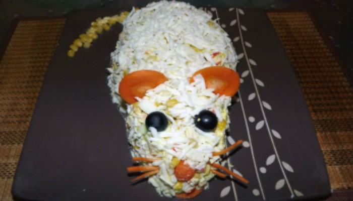 Крабовый салат с кукурузой в виде Крысы