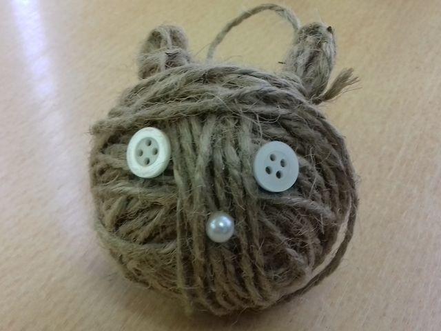 игрушка и клубка бечёвки и пуговиц
