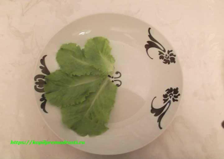 выкладываем листья на салатник