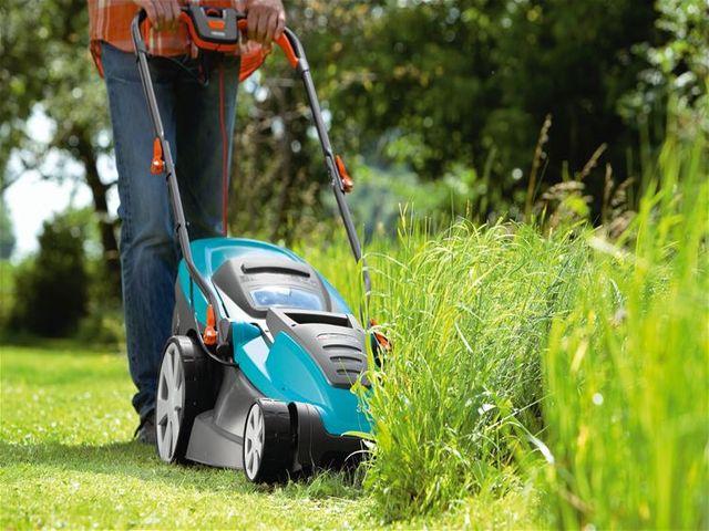 косим траву газонокосилкой