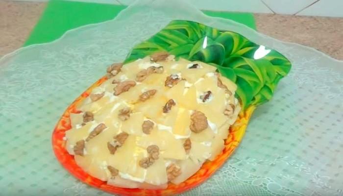 Куриный слоёный салат с ананасами и сыром