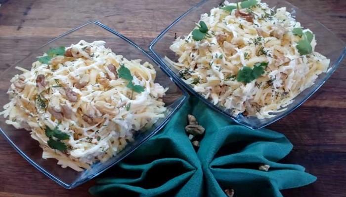 Салат с курицей, ананасами и маринованными грибами