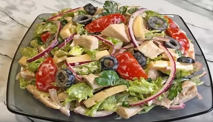 Новогодний салат из куриного мяса с сыром