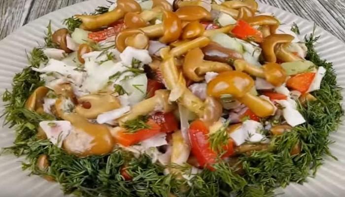 Бесподобный салат из курицы с опятами