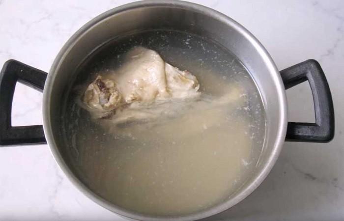 курица в кастрюле с водой