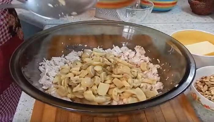 нарезанные грибы и мясо в миске
