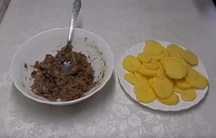 консервы и порезанный картофель