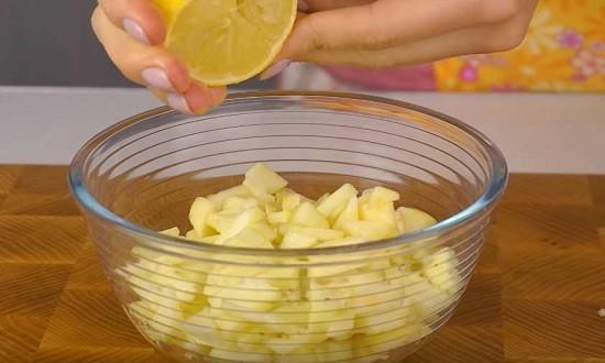 яблоки, нарезанные в миску