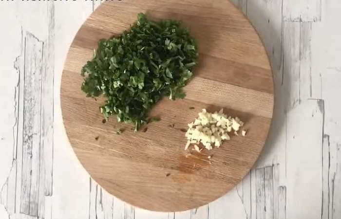 нарезанный чеснок и зелень