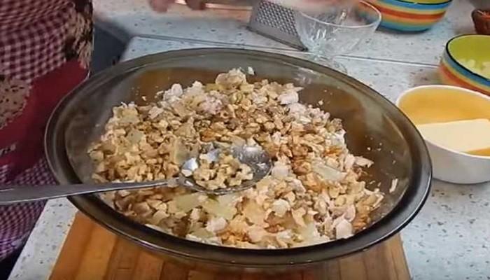 порезанные ананасы и орехи
