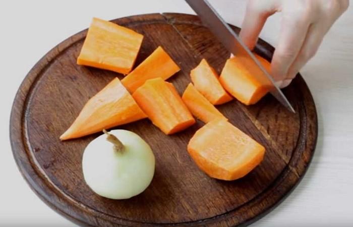 режем морковь на доске