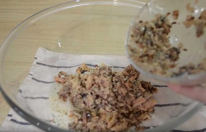 смешиваем рис с рыбой