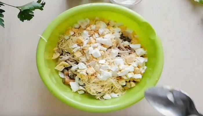 порезанные яйца в салате