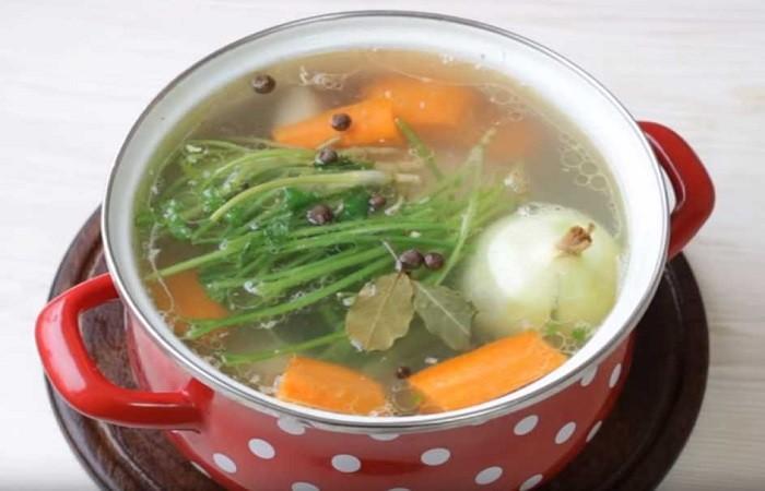 лук, морковь, петрушка в кастрюле