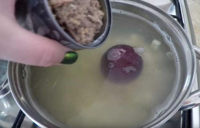 закладываем сайру в суп