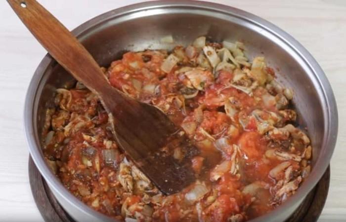 добавляем специи, томат