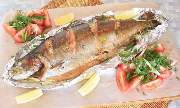 лосось, целиком запечённый в духовке