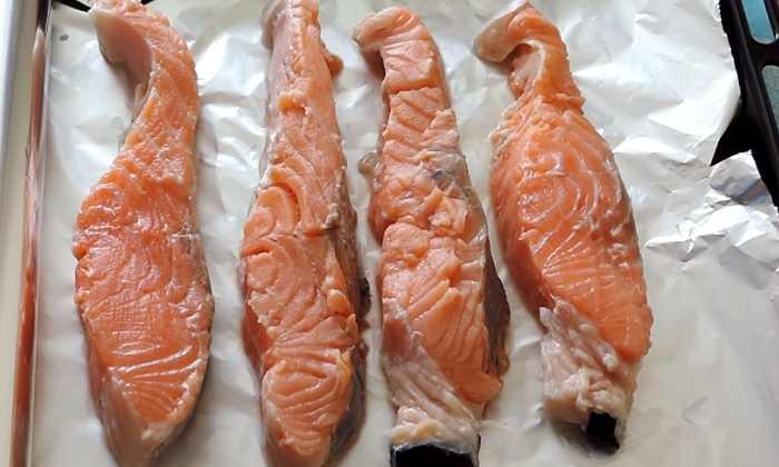 раскладываем рыбу на фольгу